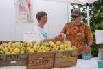 Ben talks apples with the Mayor of Greenbelt, Jay Davis - photo by permission Gary Karl and Greenbelt Farmers Market