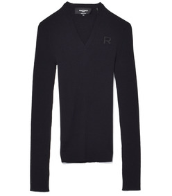 black v-neck 'r' pullover