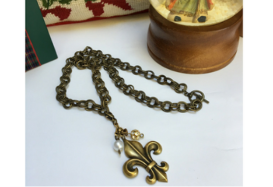 Necklace double link chain and antique gold fleur de lis