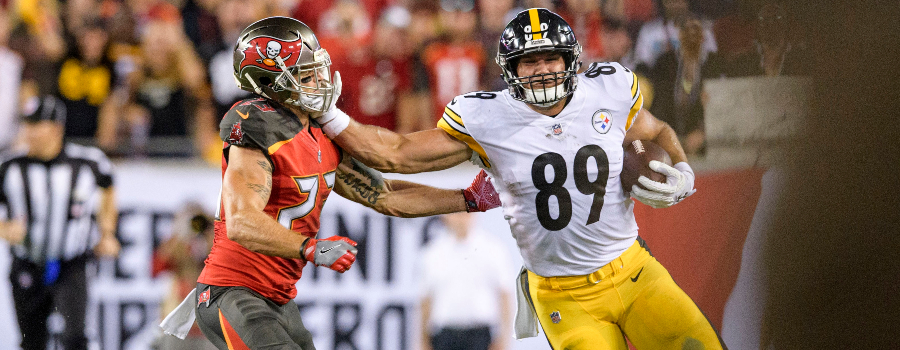 Pittsburgh Steelers tight end Vance McDonald (89) stiff arms Tampa Bay Buccaneers safety Chris Conte (23) during the first half at Raymond James Stadium.