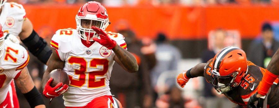 Kansas City Chiefs running back Spencer Ware (32) runs the ball past Cleveland Browns linebacker Tanner Vallejo (54) and outside linebacker Genard Avery (55) during the fourth quarter at FirstEnergy Stadium.