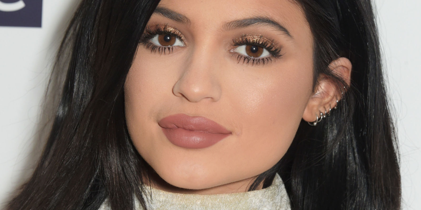 What she uses for that pout : - Mac lip liner in Whirl