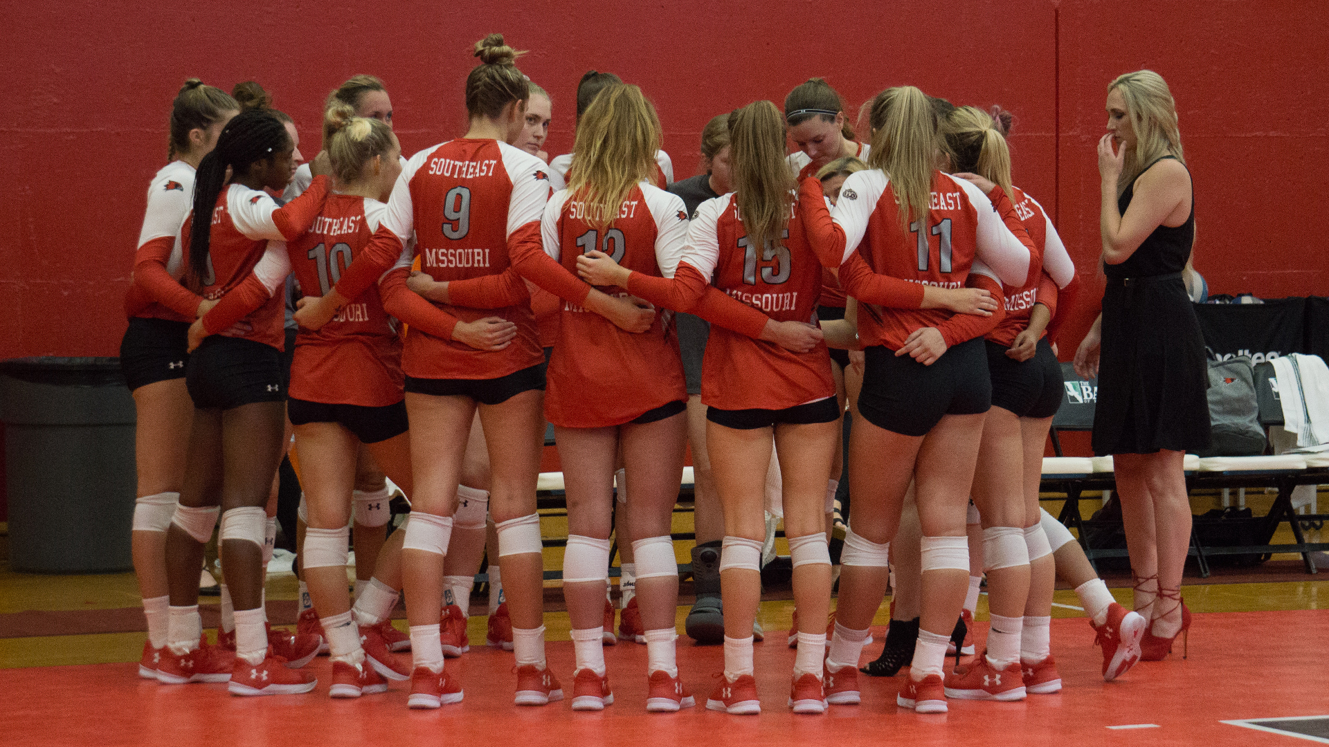 2018 volleyball team huddle_Houck Filled House_BANNER
