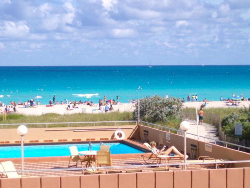 6/1 ROOMMATE -HUGE Private ROOM, Balcony, Beach in Miami Beach, FL