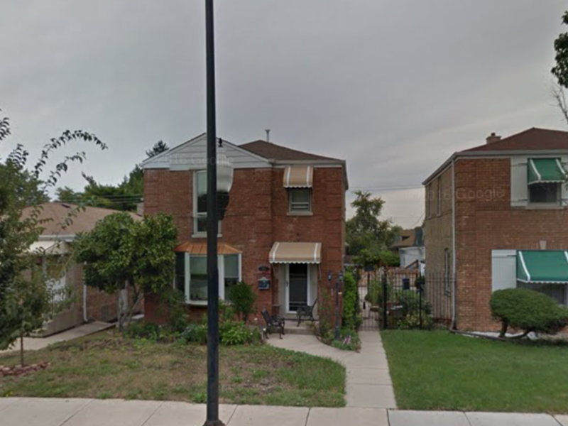 share my 3 bedroom full basement home with garden in Chicago, IL