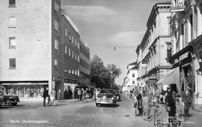 old, black, white, city, town, people, cars, sweden, europe, history, buildings