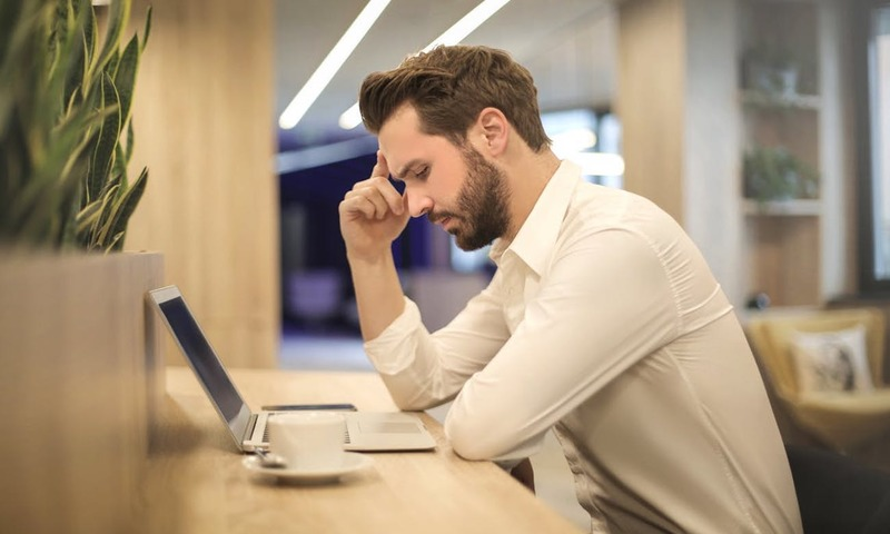 Ένας Κορυφαίος Ειδικός Σου Λέει Πώς Θα Αποφύγεις Τον Πονοκέφαλο Στο Γραφείο