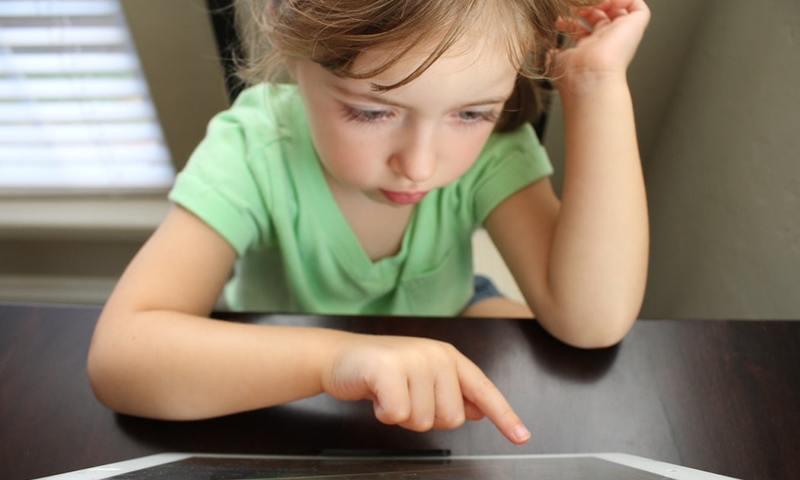 Οι Ειδικοί Σου Λένε Πως Να Βάλεις Όρια Στη Σχέση Του Παιδιού Σου Με Την Τεχνολογία Το Καλοκαίρι