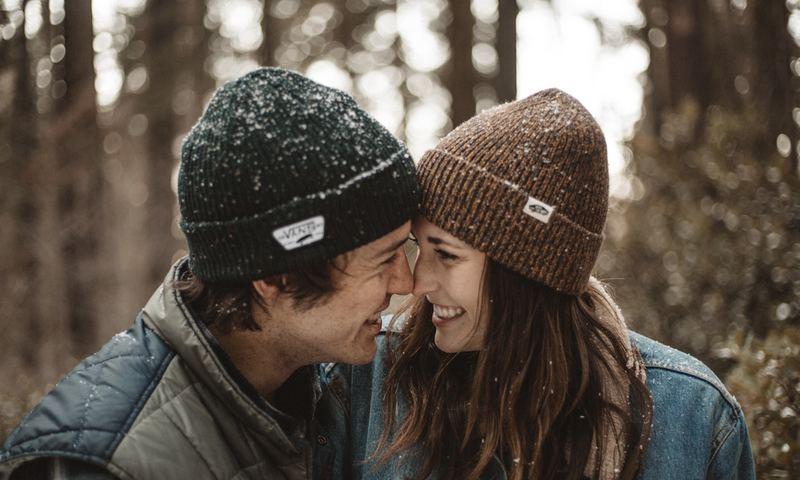 Τα Ζευγάρια Που Γελούν Μαζί Μένουν Μαζί