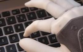 Ecco la mano bionica sensibile al tatto
