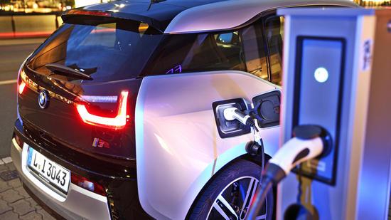 BMW avvia la rivoluzione. Punta sull'auto elettrica