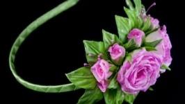 Ободок для волос с розами розового цвета