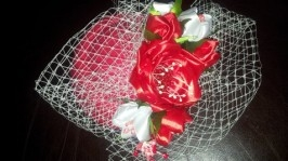 Дізайнерський капелюшок з квітами.