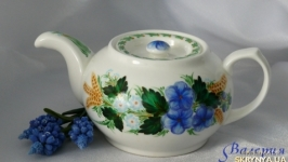 Заварочный чайник с голубыми цветами