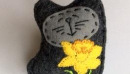 Фетровая брошь -Кот с цветком- ручная вышивка