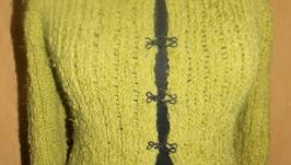 Оливковая кофточка на крючках