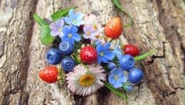Брошь-букетик с цветами и ягодами