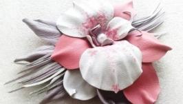 Брошь из кожи с цветком орхидеи