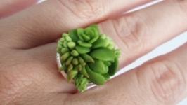 Кольцо с суккулентами из холодного фарфора.
