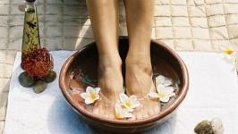 Содовая ванночка с аромамаслами для ног.