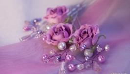 Розочка маленькая на шпильке с ажурным плетением из бусин и хрусталиков.