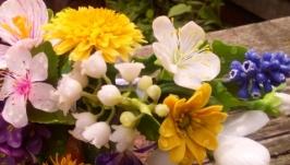 Ободок с весенними цветами ручной работы.