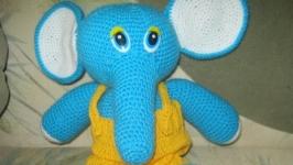 Слоник. Іграшка. Амігурумі. Зв′язаний гачком.