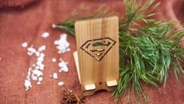 Подставка под мобильный телефон ′Супермен′ из натурального дерева