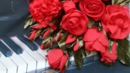 розы на рояле