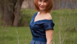 Темно-синее атласное платье ручной работы с бисерной вышивкой