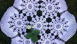 Кружевная ажурная салфетка  крючком ′Клубничная полянка′