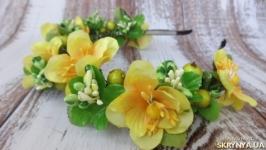 Веночек  с желтыми цветами и зелеными ягодамина ободке