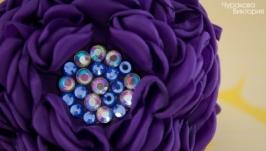 Заколка с фиолетовым цветком из ткани