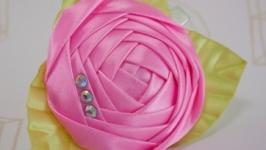 Заколка с розовой розой из лент