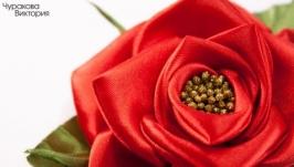 Брошка с красной розой из лент