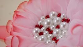 Брошка белая с красным, цветок из ткани