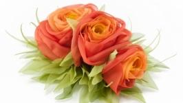 Заколка с красно-оранжевыми розами из ткани