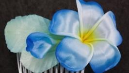 Гребень с голубой плюмерией из лент