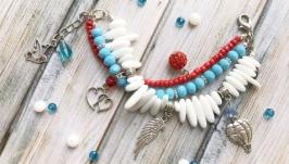 Летний яркий молодежный браслет с подвесками. Белый красный голубой