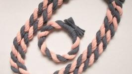 Трикотажные колье и браслет в тонах серый-персик и хаки-бутылочный-синий.