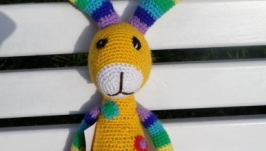 вязаная игрушка -погремушка зайчик радуга