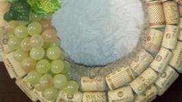Веночек из винных пробок с гроздью винограда