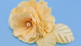Заколка с бежевыми цветами из ткани