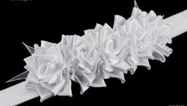Белая повязка с розами из лент