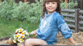 Джинсовая вышиванка для девочки ′Твори Мир′ с белой вышивкой