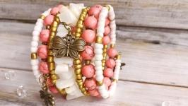 Широкий белый светлый коралловый браслет с подвесками и натуральным камнем