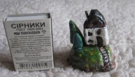 Беленький домик с елочками