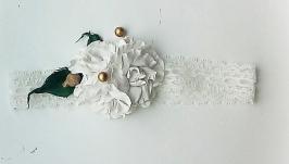 Детская кружевная повязка на голову с белыми розочками с добавлением золоти