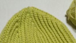 Блідо зелена шапка крючком