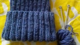 Вязаная шапка цвета индиго
